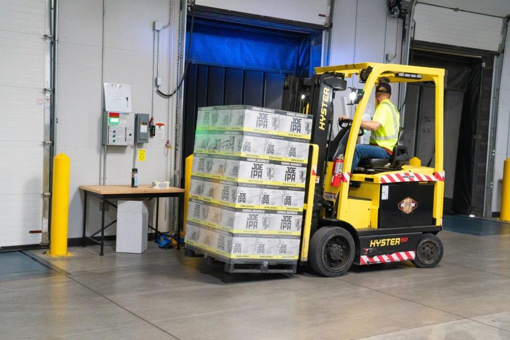 Warehouse heftruck rijdt achteruit - werken als heftruckchauffeur